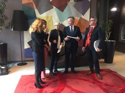 Remise d'un cahier de doléances des Français de l'étranger à Jean-Baptiste Lemoyne, Secrétaire d'Etat auprès du Ministre de l'Europe et des Affaires étrangères